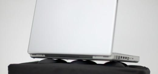 Poduszka pod laptopa Surfpillow Hitech (fot. fabrykaform.pl)